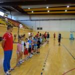 I bambini pronti ai giochi agli ordini del Maestro Matteo Cassinerio.