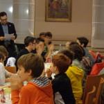 I bambini ascoltano e applaudono il Presidente Corradi.